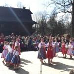 Děti tancují v krojích