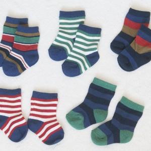 Barevné ponožky jsou in.